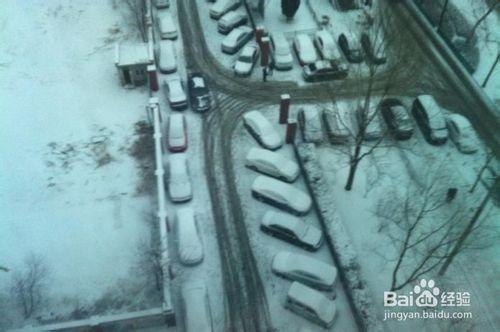 预防清除汽车玻璃积雪的简单有效办法-30秒搞定
