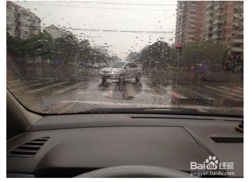 雨天驾车技巧